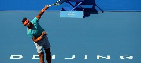 Rafa Nadal durante un saque contra Richard Gasquet en el China Open 2014