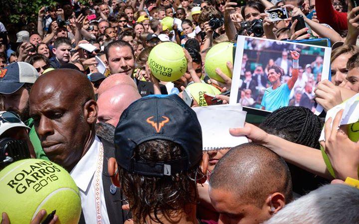 Rafa Nadal rodeado de seguidores en Roland Garros 2015