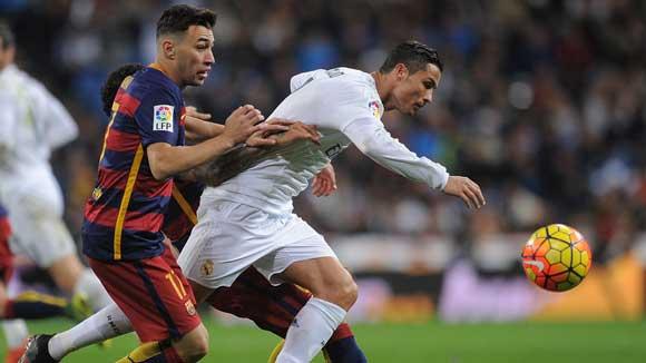 Partido televisado Madrid-Barcelona, con Cristiano Ronaldo en primer plano del TV