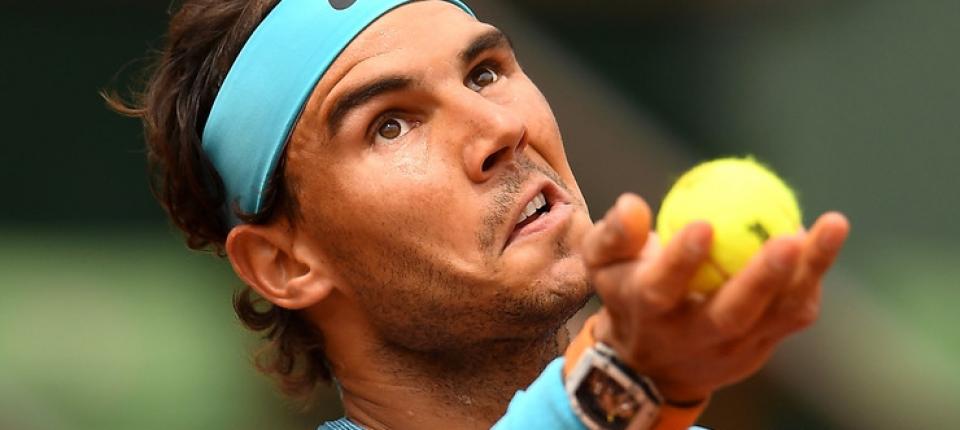 Rafa Nadal sacando frente a Facundo Bagnis en segunda ronda de Roland Garros 2016