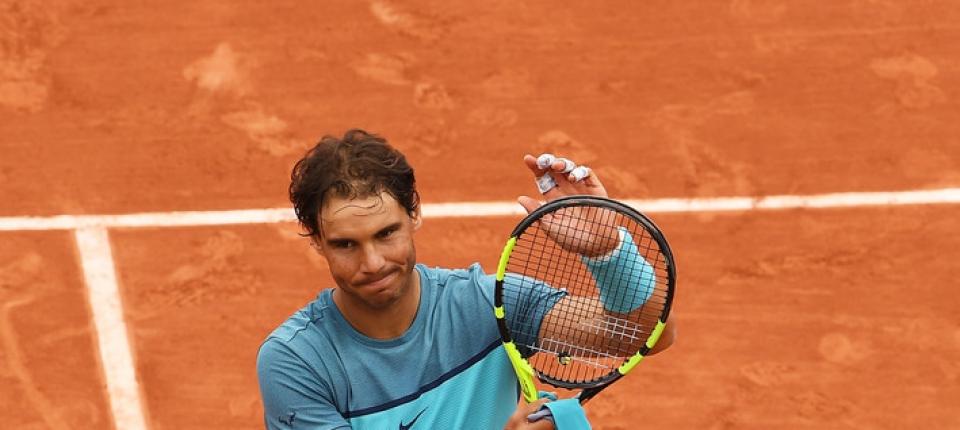 Nadal celebrando la victoria en su debut en Roland Garros 2016