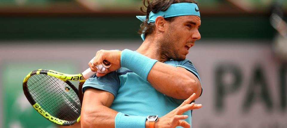Nadal golpea una pelota en su último partido oficial antes de retirarse en Roland Garros