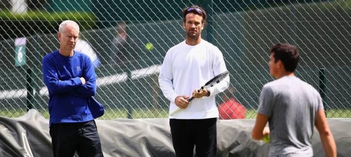 Carlos Moyá entrenando junto a John McEnroe a Milos Raonic en Wimbledon