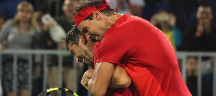 Momento en que Nadal y López festejan su triunfo frente a la pareja argentina en los Juegos de Río 2016 (C) EFE/Fernando Maia