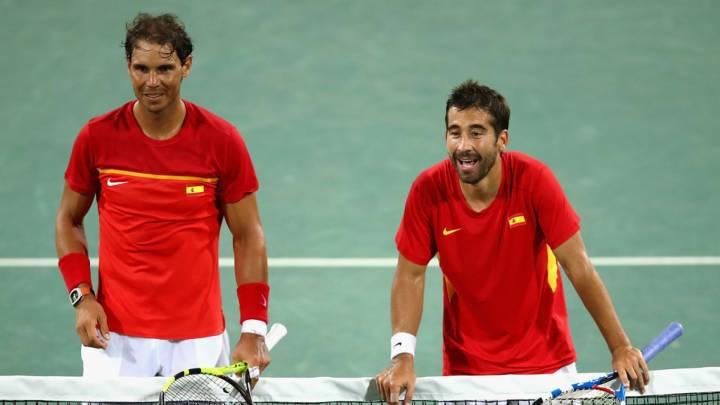 Nadal y López esperan para saludar a sus rivales tras vencerles en los cuartos de final del dobles olímpico de Río (C) Clive Brunskill/Getty Images South America