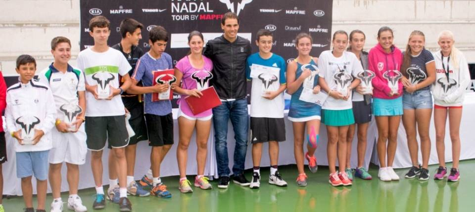 Rafa Nadal junto a los ganadores y finalistas del 3º Rafa Nadal Tour by Mapfre en Mallorca