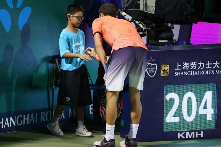 Dimitrov reconfortando a un joven recogepelotas al que alcanzó durante su saque en el pasado Masters 1000 de Shanghai (C) Zhong Zhi/Getty Images AsiaPac