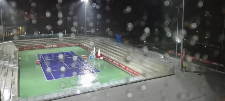 Jornada lluviosa este viernes donde se disputa el Nacional, en las instalaciones de la Rafa Nadal Academy (C) Tomas Carbonell via Twitter