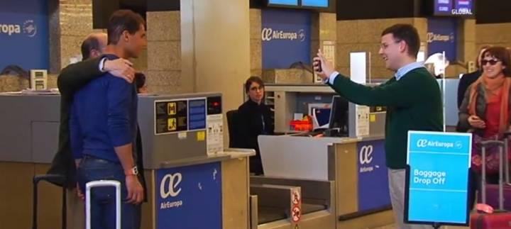 Nadie quería desaprovechar la ocasión de fotografiarse junto a Rafa Nadal en el Aeropuerto de Palma (C) IB3