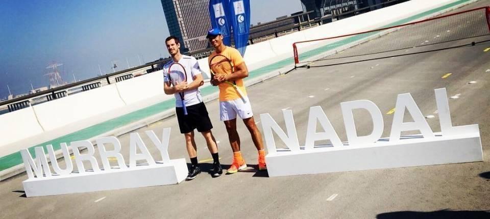 Nadal y Murray en un acto promocional del Mubadala WTC 2016 sobre un puente de Al Maryah Island
