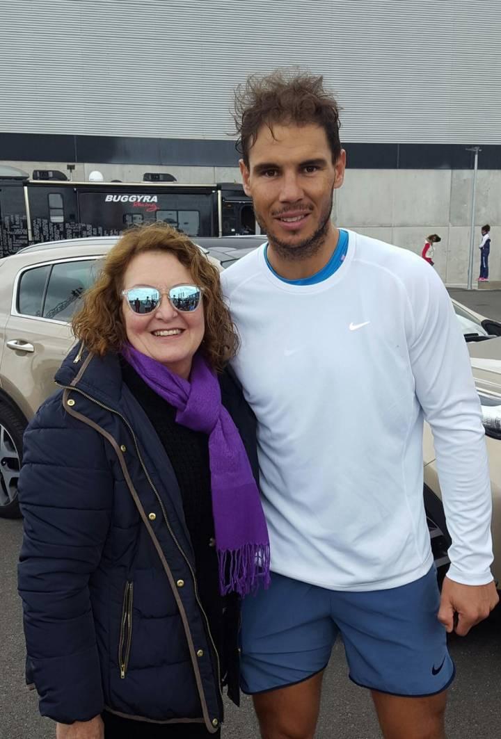 Rafa Nadal junto a una fan, tras un entrenamiento este jueves en su Academia en Manacor (C) Ana Morro