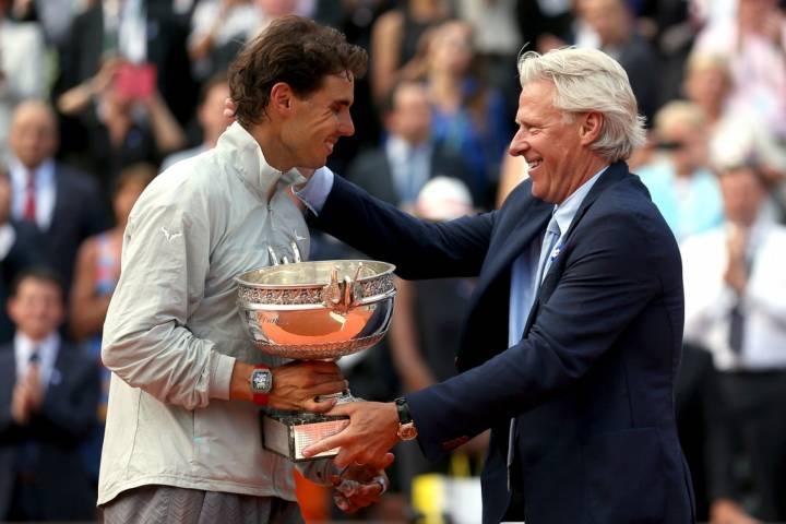 Instante en que Bjorn Borg entregaba a Rafa Nadal el trofeo de campeón de Roland Garros 2014 (C) Matthew Stockman/Getty Images Europe