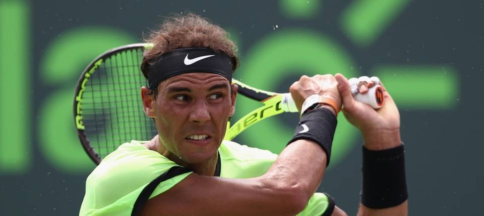 Nadal golpea la pelota durante la final del Masters 1.000 de Miami 2017 contra Federer