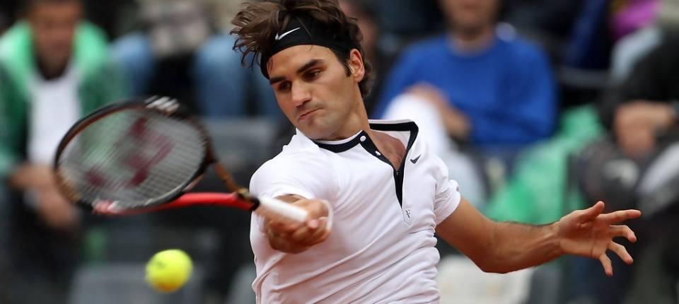 Roger Federer golpea de derechas vs Ernests Gulbis durante el Masters 1000 de Roma 2010