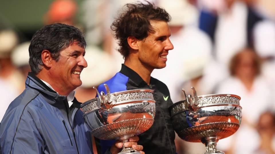 Momento inédito en Roland Garros 2017 con Toni Nadal entregando el trofeo a Rafael