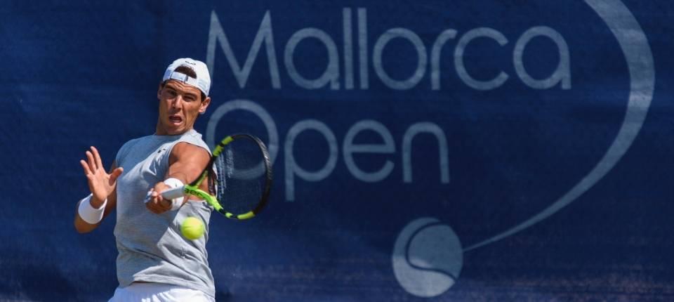 Rafa Nadal entrenando sobre las pistas de hierba del Mallorca Open 2017