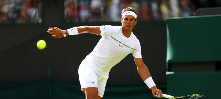 Nadal devuelve una bola de Millman durante su debut en Wimbledon 2017 (C) Michael Steele/Getty Images Europe