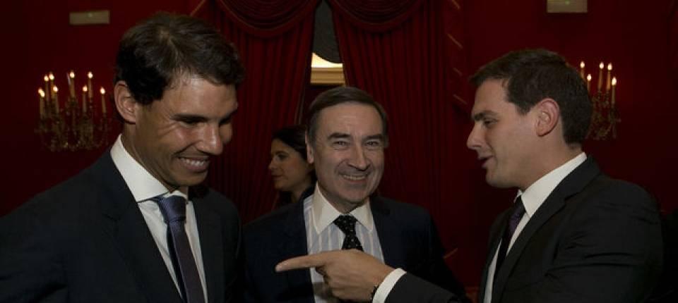 Nadal y Rivera conversan durante los Premios Los Leones 2017 de El Español