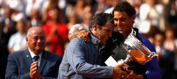 Uno de los momentos más emotivos de Rafa y Toni Nadal, cuando ambos recibieron una Copa como campeones de Roland Garros 2017 (C) Adam Pretty/Getty Images