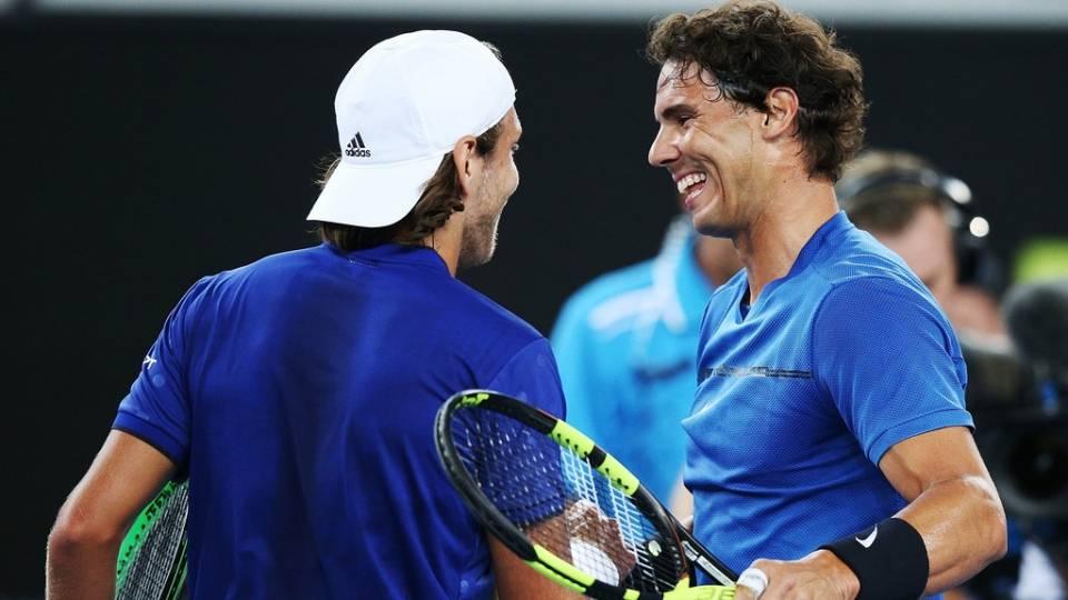 Rafa Nadal y Lucas Pouille se saludan en el Tie Break Tens - Melbourne, 10 enero 2018