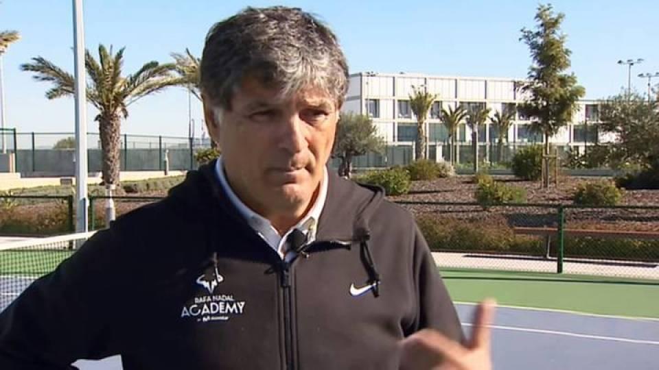Toni Nadal en sus labores de entrenador en la Academia Rafa Nadal