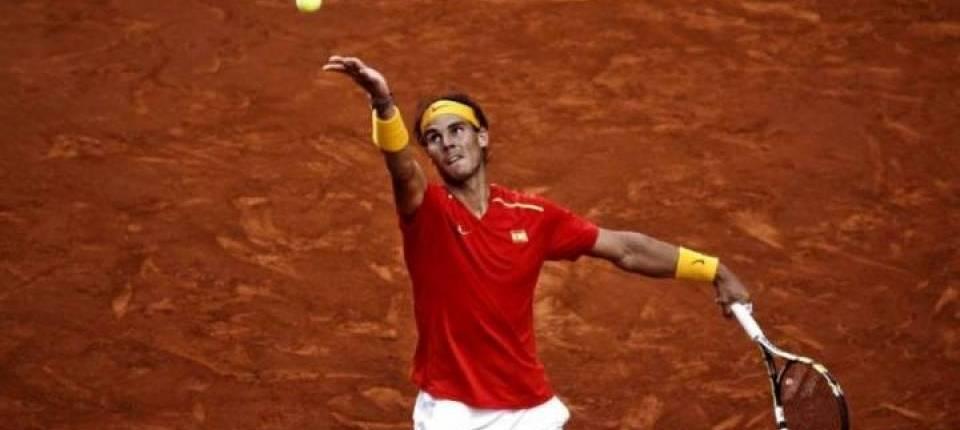 Nadal saca en una de sus últimas apariciones en Copa Davis sobre arcilla