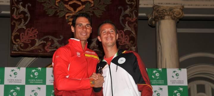 """Nadal y Kohlschreiber se saludan el día del sorteo de emparejamientos Copa Davis 2018 España-Alemania (C) """"Tenis España"""" via Twitter"""