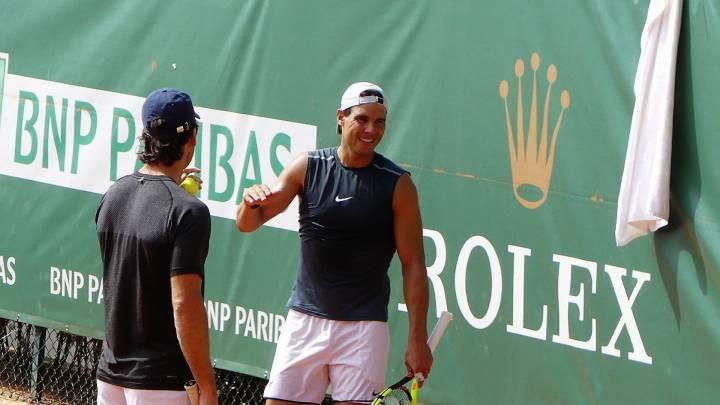 Nadal y Moyá conversando este mates en el entrenamiento en el Masters 1000 de Montecarlo (C) @creamola_foam via Twitter