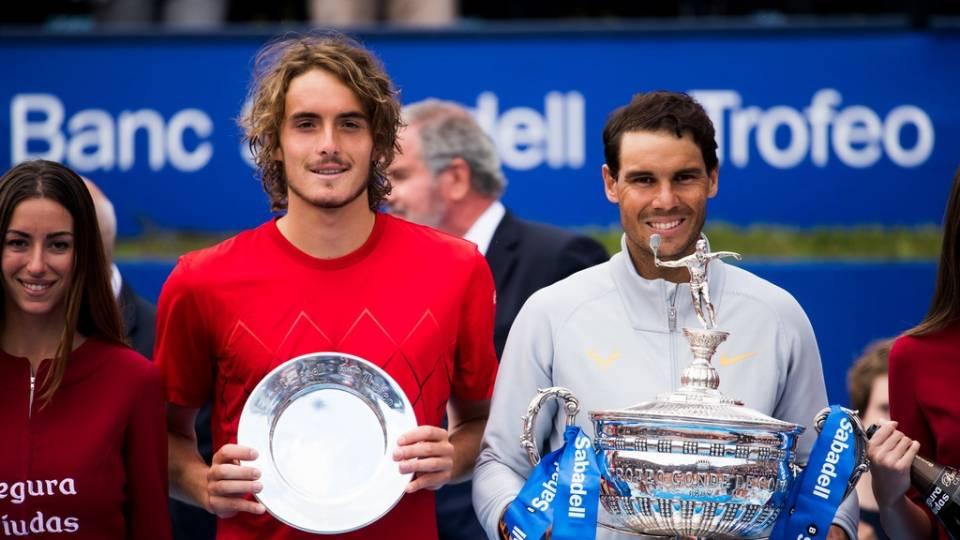Tsitsipas y Nadal recogiendo sus trofeos en el Conde de Godó 2018