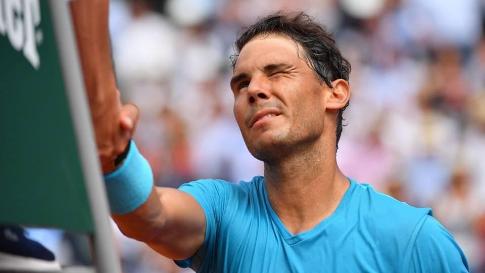 Nadal saluda el juez tras vencer en primera ronda de Roland Garros 2018
