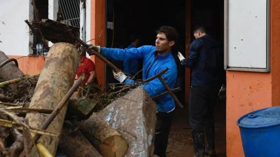Rafael Nadal retirando agua y lodo tras las inundaciones de Mallorca