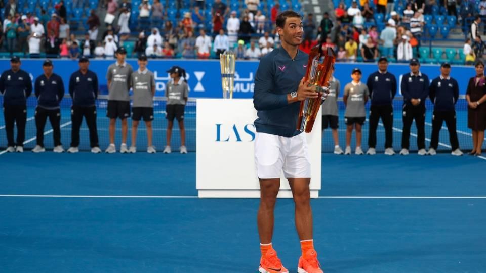 Nadal posa con el trofeo de campeón en Abu Dabi 2016