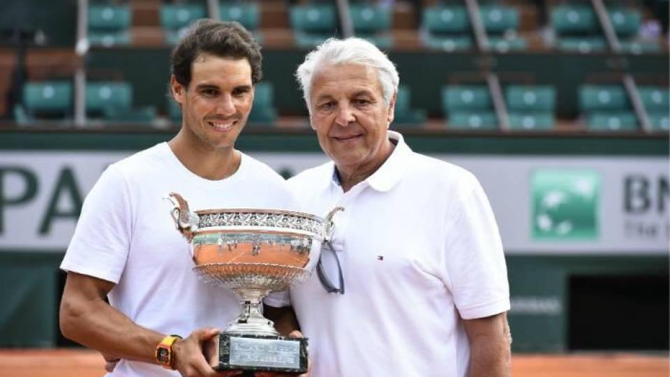Rafa Nadal con su padre Sebastián junto al último trofeo de Roland Garros