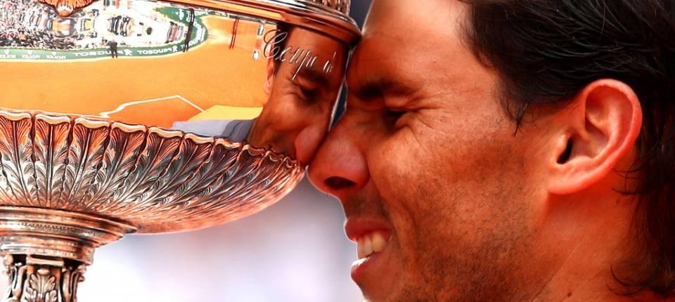 Rafa Nadal sosteniendo el trofeo de campeón de Roland Garros 2019
