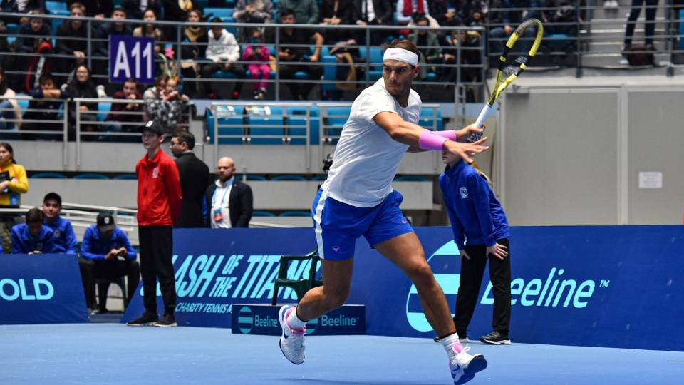 Rafa Nadal se dispone a golpear una bola frente a Novak Djokovic en la exhibición de Kazajistán