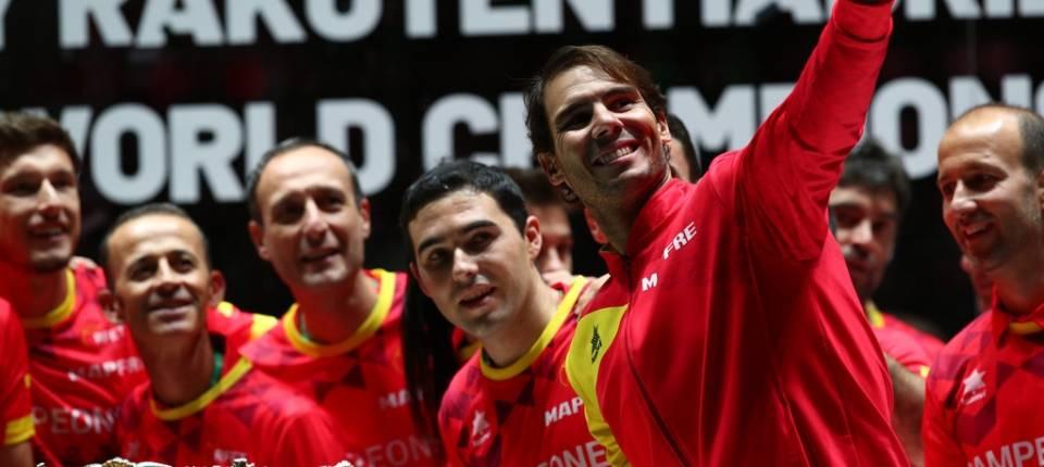 Rafael Nadal celebrando junto a sus compañeros su victoria en la final de Copa Davis 2019