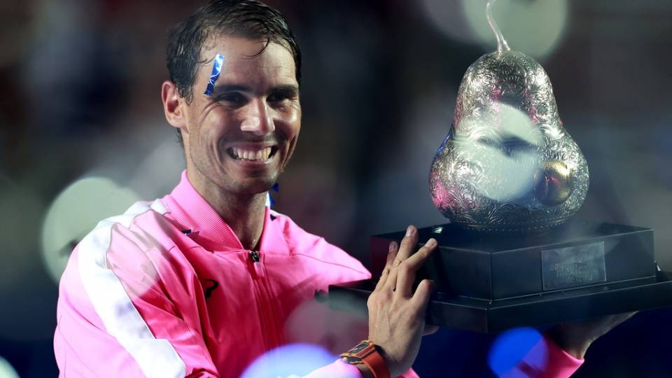 Nadal alzando su trofeo como campéon del ATP Acapulco 2020