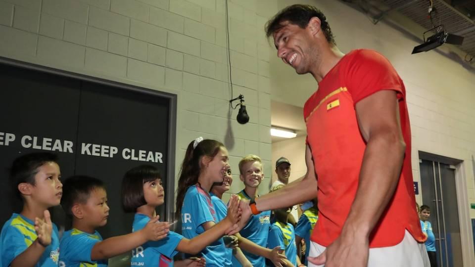 Nadal saluda a unos niños durante la disputa del ATP Cup 2020