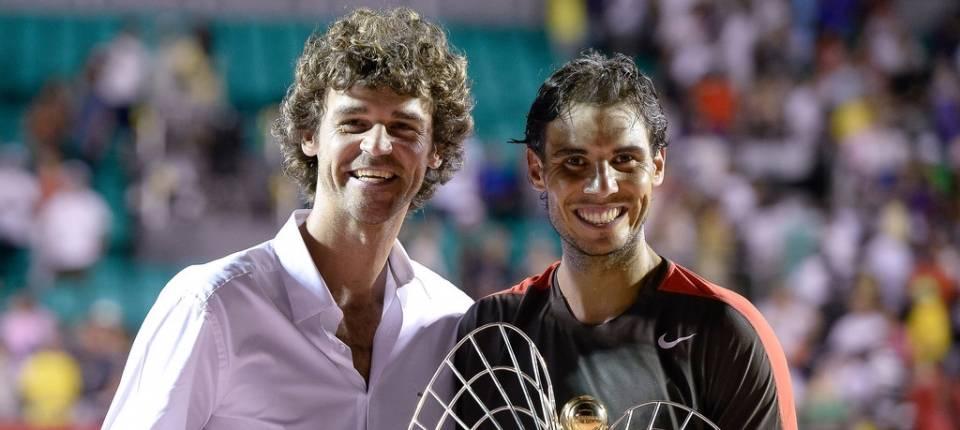 Gustavo Kuerten entrega el trofeo de campéon a Rafael Nadal en el ATP de Río de Janeiro 2014