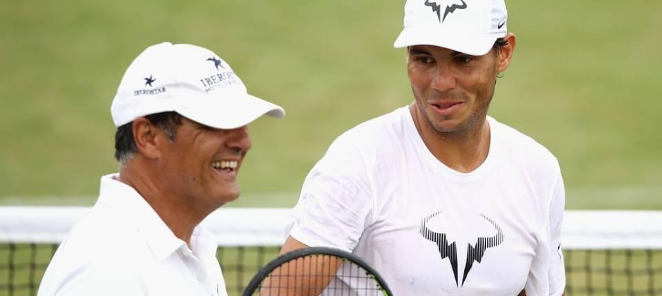 Toni Nadal y Rafa Nadal durante un entrenamiento en Wimbledon 2017